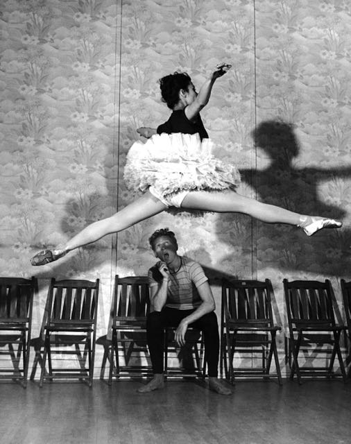 Did you doubt that I'd be able to continue the peeping tom theme? The great ballet dancer Tamara Toumanova gives Danny Kaye reason to appreciate art, 1945. Photo by Peter Stackpole)