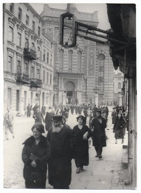 Worshippers leaving the Altshtot, Old City, synagogue on Wolborska Street. Photograph Moshe Raviv. Lodz, 1937.
