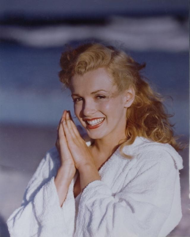 Andre de Dienes took this photo of Norma Jean Baker in 1949. Almost always using natural light, de Diennes posed his subjects on the beach, the mountains, or the countryside. Unlike so many other Hollywood photographers, de Diennes never retouched his photos. Thus, his portraits of MM capture a fresh beauty that is unique and appealing.