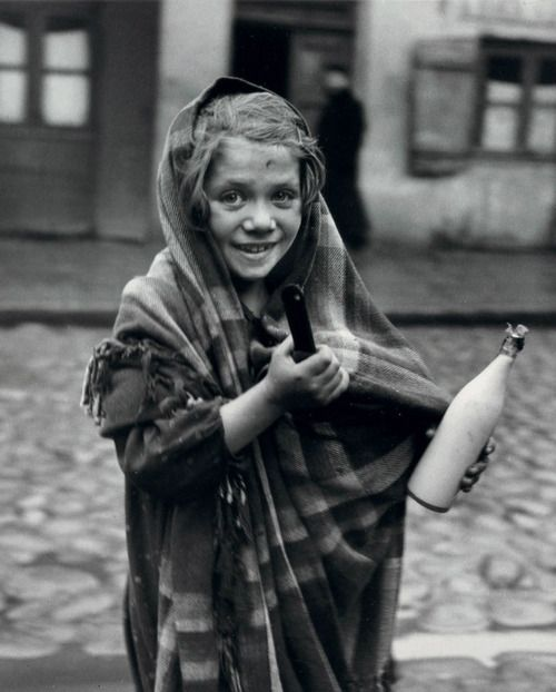 Roman Vishniac, Father earned today some money and daughter is sent for milk, Polish Jews,1937