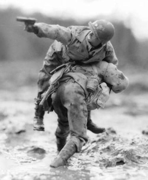 Leave No Man Behind, one of the most powerful photo from World War II