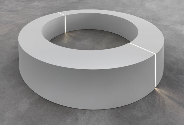 RoberT Morris Untitled (Ring With Light), 1965/66 Plywood, Acrylics, Plexi, Fluorescent Light Height: 60 cm; Width: 35.6 cm; Diameter: 246 cm